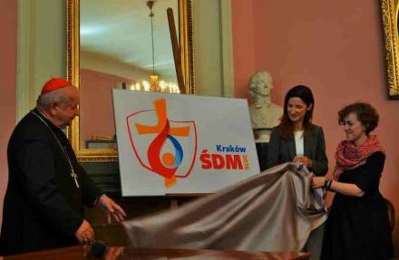 Cardeal Stanislaw Dziwisz e as criadoras do Logotipo, Monika Rybczynska e Emilia Pyza