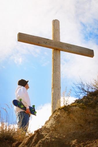 cruz e jovem