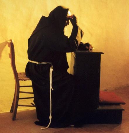 padre-pio-rezando