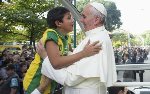 Papa Francisco abraça garto